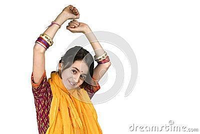 Ragazza e computer portatile indiani