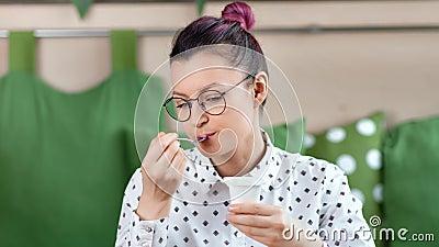 Ragazza felice adorabile che mangia il dessert della latteria che si rilassa e che gode dello stile di vita sano stock footage