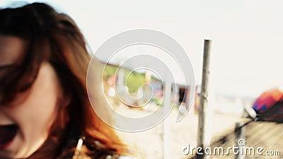 Ragazza felice che si siede in amaca sul sorriso della spiaggia in camera Giorno pieno di sole carefree stock footage
