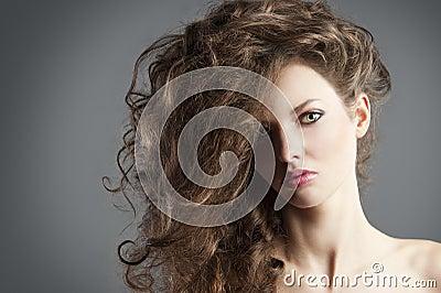 Ragazza graziosa con grande stile di capelli.