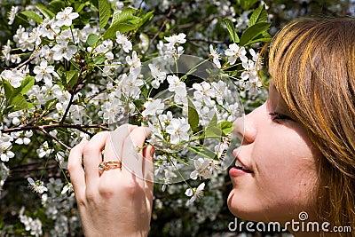 Ragazza graziosa nel giardino