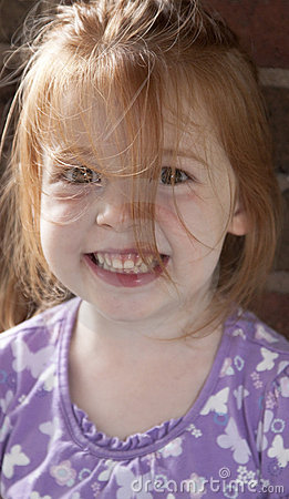 Ragazza sorridente con capelli in su scompigliati