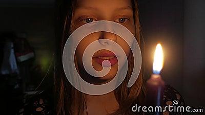Ragazza spaventata con una candela stock footage
