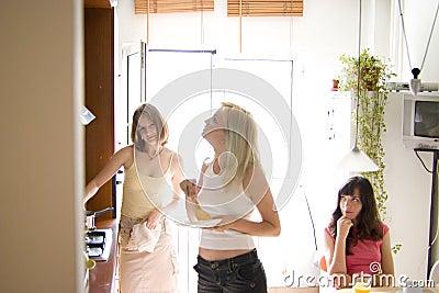 Ragazze nella cucina