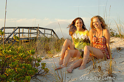 Ragazze teenager alla spiaggia