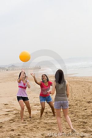Amigos Adolescentes Que Jogam O Voleibol Na Praia Imagem