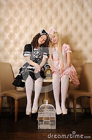 Ragazze vestite come bambole.