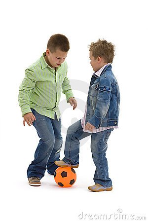 Ragazzi che giocano gioco del calcio