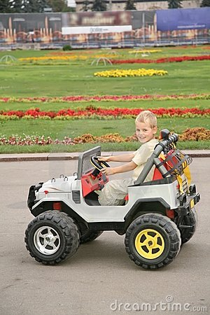 Ragazzo in automobile del giocattolo
