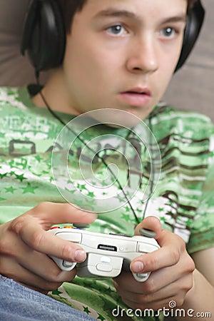 Ragazzo che gioca un video gioco
