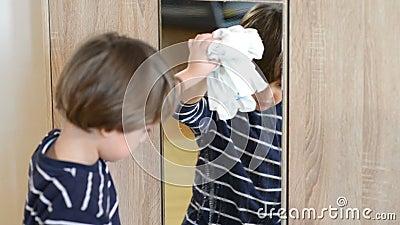 Ragazzo che pulisce lo specchio archivi video