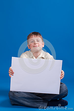 Ragazzo che tiene uno spazio in bianco