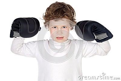 Ragazzo con i guanti di inscatolamento