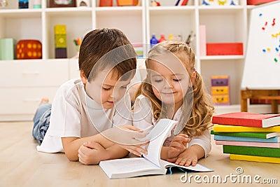 Ragazzo di banco che insegna alla sua sorella a come leggere