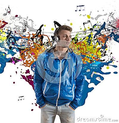Ragazzo e spruzzatura della nota di musica