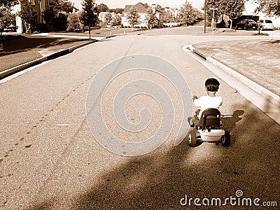 Ragazzo sul triciclo