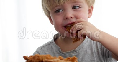 Ragazzo sveglio che gode dell'alimento video d archivio