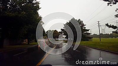 Rain City Street Driving under Overcast Sky in Summer Day Bestuurderspunt van de POV Raining Urban Natte Road stock videobeelden