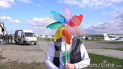 Rainbow-Colourve Spinning Pinwheels auf Gras stock footage