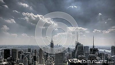 Raios de sol do centro e nuvens de NYC