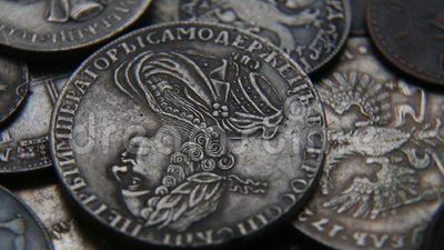 Ramassage de vieilles pièces de monnaie banque de vidéos