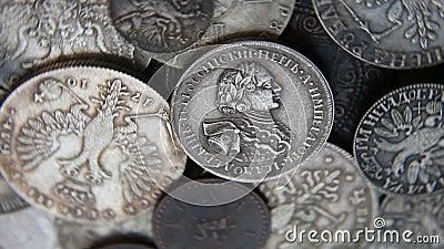 Ramassage de vieilles pièces de monnaie clips vidéos