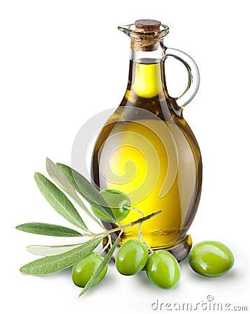 Ramifique com azeitonas e um frasco do petróleo verde-oliva