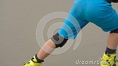 Rampa segura do truque do menino do passatempo do rollerblade da velocidade filme