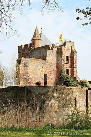 Rampart e ruínas do castelo de Brederode, Holland