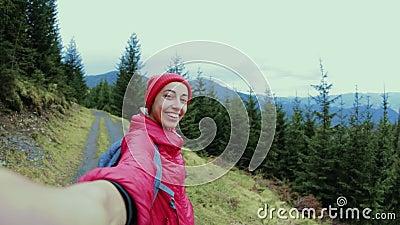 randonneur de femme prenant le selfie dans les montagnes Suivez le concept moi, de hausse, actif et de voyage de mode de vie banque de vidéos
