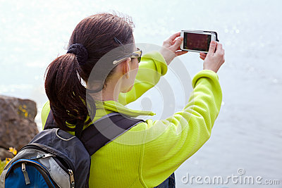 Randonneur de femme prenant une photo