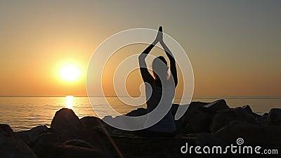 Ranek medytacja, kobieta ćwiczy joga na seashore, strzał na Canon EOS 5D Mark IV w zwolnionym tempie zdjęcie wideo