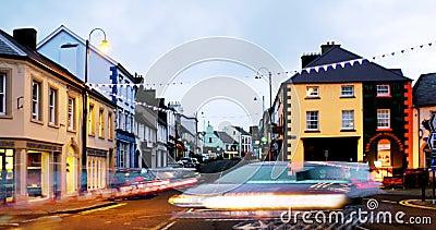 Rang?e des bars et des barres dans la ville de Ballycastle, c?te de chauss?e en Irlande du Nord, R-U banque de vidéos