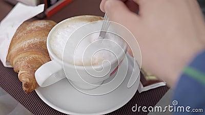 Ranku śniadanie, croissant i cappuccino, Kawa na werandzie plenerowa kawiarnia zbiory