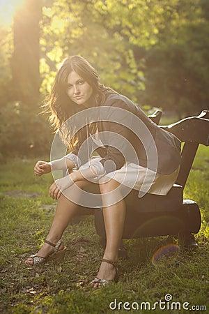 Rapariga em uma floresta