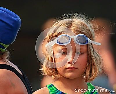 Rapariga na reunião de nadada
