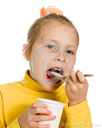 Rapariga que come o yogurt