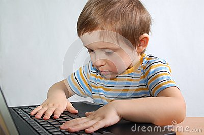 Rapaz pequeno com caderno