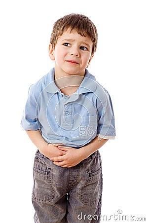 Rapaz pequeno com dor de estômago