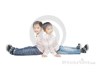 Rapaz pequeno dois que senta-se no assoalho