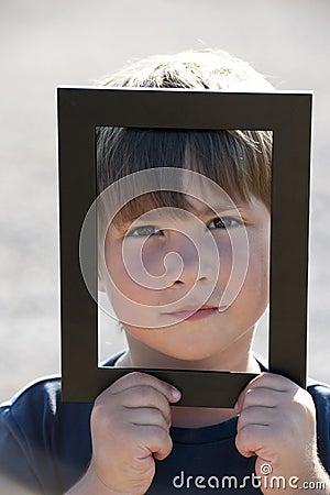 Rapaz pequeno em um frame