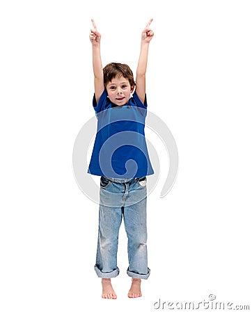 Rapaz pequeno feliz que está com as mãos levantadas