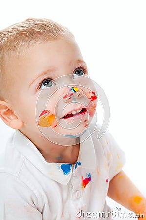 Rapaz pequeno na pintura