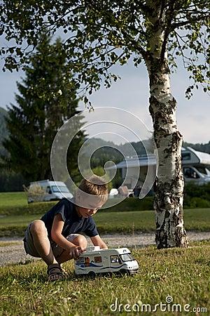 Rapaz pequeno no local de acampamento