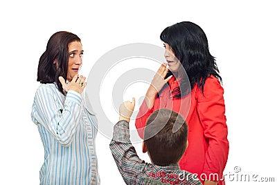 Rapaz pequeno que aponta a duas mulheres