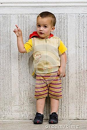 Rapaz pequeno que aponta o dedo