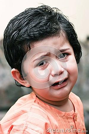 Rapaz pequeno triste