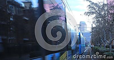 Rapid Transit som lämnar en station i Charlotte, USA 4K stock video