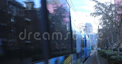 Rapid Transit Verlassen eines Bahnhofs in Charlotte, Vereinigte Staaten 4K stock video