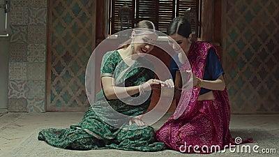 Rapting kobiety patrzeje biżuterii pudełko w hinduskim sari zdjęcie wideo